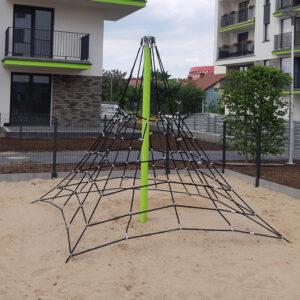Piramida linowa na plac zabaw